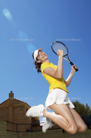 Female tennis player jumping for joyの素材 [FYI00902382]