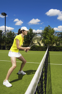 Young woman playing tennisの素材 [FYI00902386]