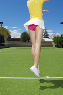 Low section of tennis player jumpingの素材 [FYI00902399]