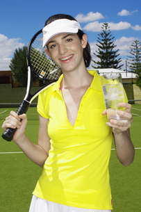 Female tennis player drinking icy waterの素材 [FYI00902411]