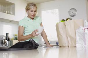 Mature woman checking receiptsの素材 [FYI00902420]