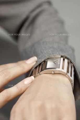 Businesswoman checking wrist watchの素材 [FYI00902542]