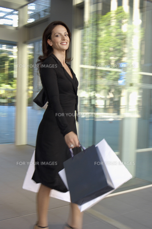 Mid adult woman carrying shopping bagsの素材 [FYI00902558]