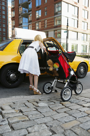 Mid adult mother taking taxiの素材 [FYI00902730]