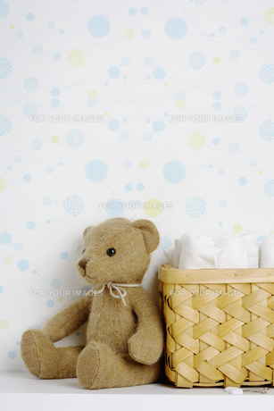 Teddy bear beside basket of diapersの素材 [FYI00902800]