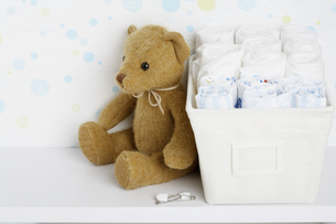 Teddy bear beside cloth diapersの素材 [FYI00902803]