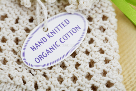 Close-up of label on knitted productの素材 [FYI00902815]