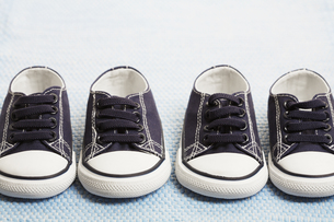 Two pairs of blue baby sneakersの素材 [FYI00902834]