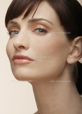 Portrait of mid adult womanの素材 [FYI00902842]