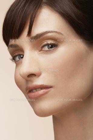 Portrait of mid adult womanの素材 [FYI00902859]
