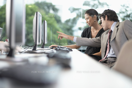 Two businesspeople working on computerの素材 [FYI00902951]
