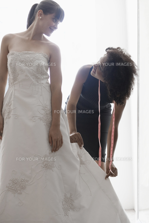 Woman adjusting wedding dressの素材 [FYI00902993]