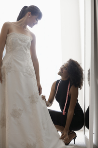 Woman adjusting wedding dressの素材 [FYI00902999]