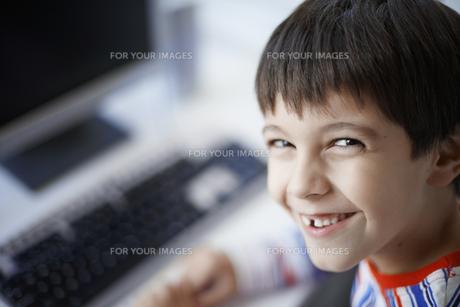 Portrait of boy near computerの素材 [FYI00903022]