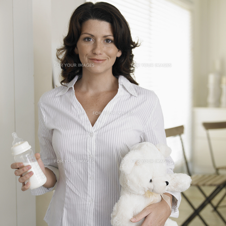 Woman with baby bottle and teddy bearの素材 [FYI00903106]