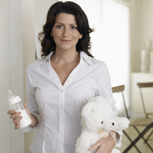 Woman with baby bottle and teddy bearの素材 [FYI00903106]
