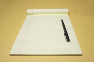 Pen on notepadの素材 [FYI00903193]