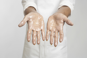 Chefs hands in oil (close-up)の素材 [FYI00903351]