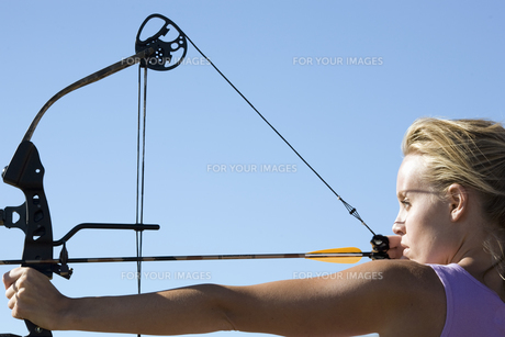 Young woman arrow shootingの素材 [FYI00903392]