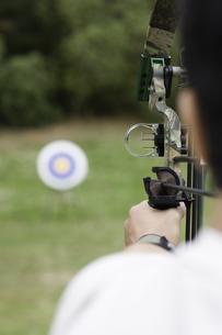 Mid adult man arrow shooting (rear view)の素材 [FYI00903397]