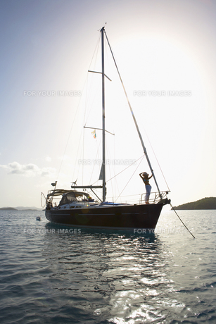 Woman on sailboatの素材 [FYI00903401]