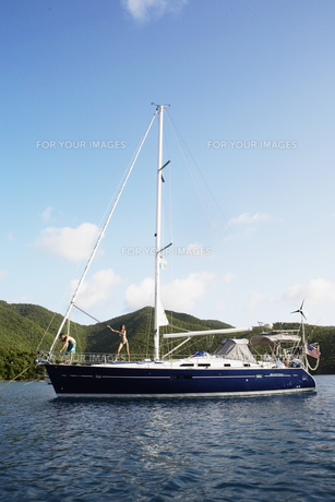 Mid adult couple on sailboatの素材 [FYI00903413]