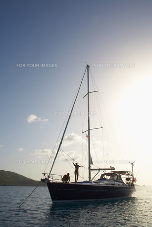 Mid adult couple on sailboatの素材 [FYI00903427]