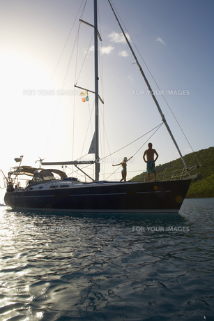 Mid adult couple on sailboatの素材 [FYI00903437]