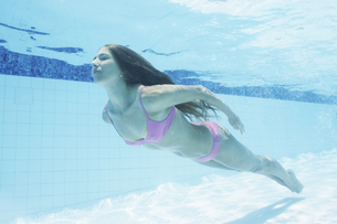 Mid adult woman diving in swimming poolの素材 [FYI00903484]