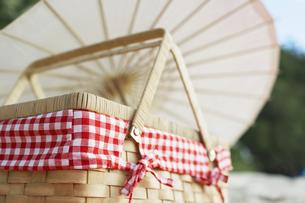 Picnic basket near parasolの素材 [FYI00903500]