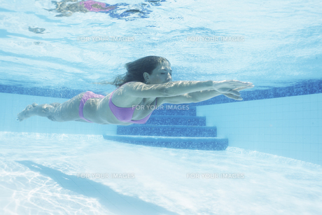 Mid adult woman diving in swimming poolの素材 [FYI00903506]