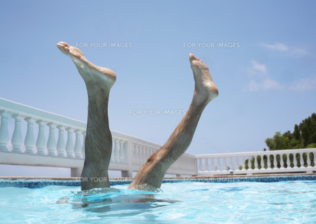 Mans legs above water in swimming poolの素材 [FYI00903525]