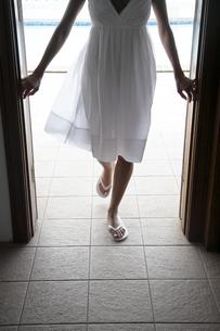 Young woman walking through doorの素材 [FYI00903694]