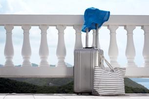 Sunhat and luggage on balconyの素材 [FYI00903745]