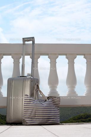Suitcase and handbag by railingsの素材 [FYI00903771]