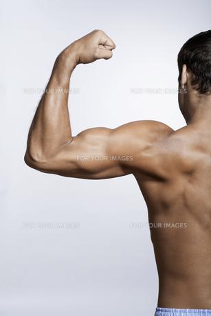 Mid adult man flexing bicepsの素材 [FYI00903890]