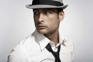 Mid adult man wearing fedoraの素材 [FYI00903933]