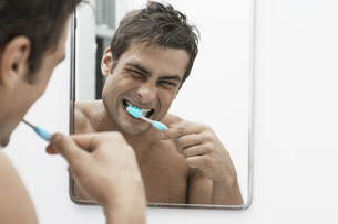 Mid adult man cleaning teethの素材 [FYI00903948]