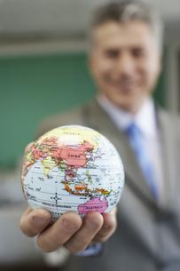 Businessman holding globeの素材 [FYI00904364]