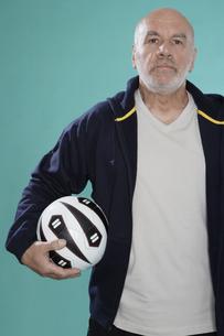 Senior man with soccer ballの素材 [FYI00904530]