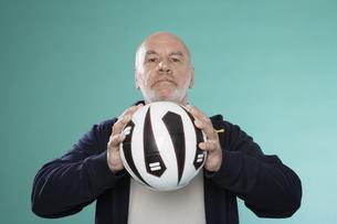 Senior man holding soccer ballの素材 [FYI00904564]
