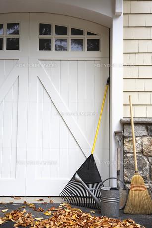 Gardening equipment by garage doorの素材 [FYI00904682]