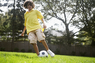 Boy playing with soccer ballの素材 [FYI00904758]