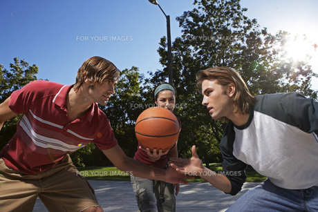 Three people playing basketballの素材 [FYI00904891]