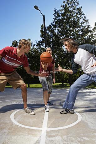 Three people playing basketballの素材 [FYI00904928]