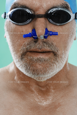 Senior male swimmer with nose clipの素材 [FYI00904973]