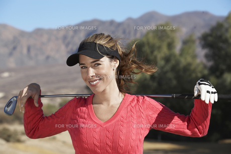 Portrait of woman with golf clubの素材 [FYI00904988]