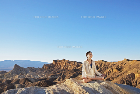 Woman meditating in desertの素材 [FYI00904991]