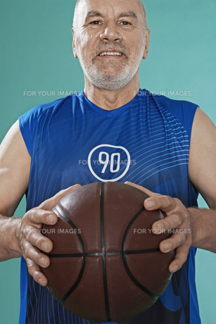 Senior man with basket ballの素材 [FYI00904996]