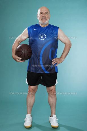 Senior man with basket ballの素材 [FYI00905000]